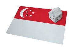Litet hus på en flagga - Singapore Royaltyfri Bild