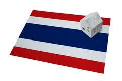 Litet hus på en flagga - Thailand Arkivbild