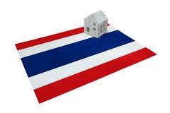 Litet hus på en flagga - Thailand Fotografering för Bildbyråer