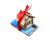 Litet hus på grupp av isolerade kreditkortar Arkivbilder