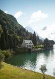 Litet hus på kusten av en sjö Royaltyfri Bild