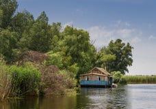 Litet hus på sjön Royaltyfri Foto