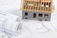 Litet hus under konstruktion och elektriska teckningar, begrepp av byggnadshemmet Fotografering för Bildbyråer