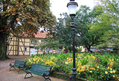 Litet idylliskt parkerar i Ystad, Sverige royaltyfri fotografi