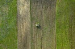 Litet isolerat hus i tunna för jordbruks- land royaltyfria foton