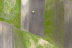 Litet isolerat hus i tunna för jordbruks- land royaltyfria bilder