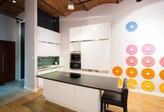 Litet kökområde i loften Arkivfoton