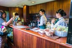 Litet kafé i det uttryckliga drevet Yufuin ingen Mori Royaltyfri Bild