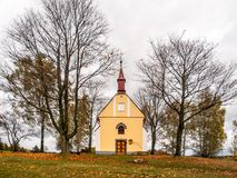 Litet kapell av St John av Nepomuk eller John Nepomucene, på Zubri, Trhova Kamenice, Tjeckien Arkivbilder