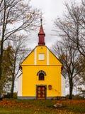 Litet kapell av St John av Nepomuk eller John Nepomucene, på Zubri, Trhova Kamenice, Tjeckien Arkivbild