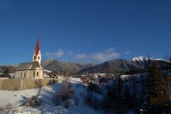 Litet kapell i berg Arkivbild
