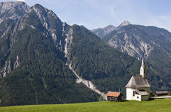 Litet kapell i bergbyn Penzendorf Royaltyfri Bild