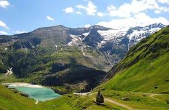 Litet kapell i höga ängar av Tyrolean fjällängar royaltyfri foto