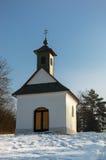 Litet kapell i snöig landskap Royaltyfri Foto