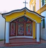 Litet kapell med symboler i kloster Privina Glava, Sid, Serbien Royaltyfri Bild