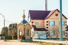Litet kapell nära av den ukrainska internationella huvudvägM-huvudvägen, förbindande Kiev med den near kotletten för ungersk grän Royaltyfri Bild