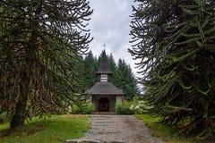 Litet kapell Nuestra Senora de la Asuncion - villaLaangostura, Patagonia, Argentina royaltyfria bilder