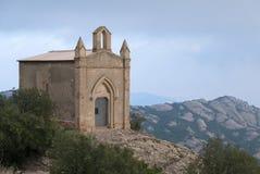 Litet kapell och berg nära kloster av Montserrat i Ca Arkivfoto