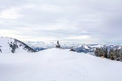Litet kapell på berget Wallberg som täckas med snö, bayerska fjällängar, Bayern, Tyskland arkivfoto