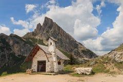 Litet kapell på det Falzarego passerandet, Italien royaltyfria bilder