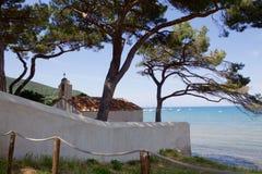 Litet kapell på det Tuscan havet Royaltyfri Fotografi