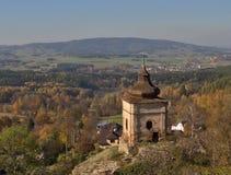 Litet kapell på vagga precis vid slotten för stil för Lipnice nad SÃ ¡ zavou den gotiska, en de största slottarna i Tjeckien royaltyfri foto