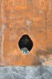 Litet kolonialt fönster på en gammal vägg i Mexico Arkivfoto