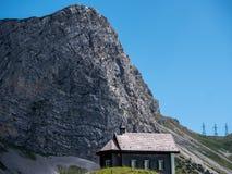 litet kristen kyrka eller kapell i berglandskap, Schweiz fjällängar royaltyfria foton