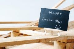 Litet kritabräde med lycklig arbets- dag för text med träpalett b Royaltyfri Foto