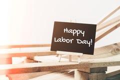 Litet kritabräde med lycklig arbets- dag för text med träpalett b Royaltyfri Bild