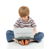 Litet lära för pojke med anteckningsboken som isoleras på vit Arkivfoton