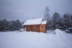 Litet landshus på vintern Arkivfoton