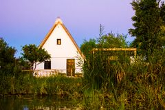 Litet lantbrukarhem eller 'barraca ', i lagun 'La Albufera ', royaltyfri fotografi