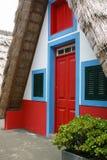 Litet lantligt hus med ett triangulärt halmtäckt tak madeira Fotografering för Bildbyråer
