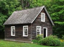 Litet lantligt wood hus i trees Royaltyfri Fotografi