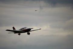 Litet ljust flygplan i modell Arkivbilder