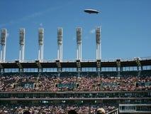 litet luftskepp över stadion Royaltyfri Bild