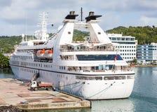 Litet lyxigt kryssningskepp på karibisk port Arkivbilder