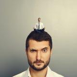 Litet mansammanträde på den head stora mannen Royaltyfri Fotografi
