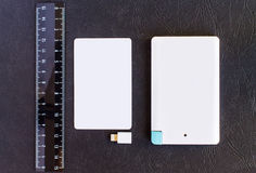 Litet mini- format för maktbank på kreditkorten och linjaler på svarta lodisar Arkivbilder