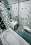 Litet modernt badrum Arkivfoton