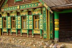 Litet modernt trähus i den ryska stilen suzdal russia Royaltyfria Bilder