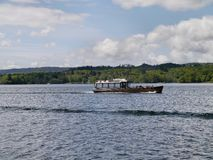 Litet nöjefartyg på sjön Windermere Royaltyfri Foto