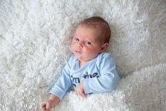 Litet nyfött behandla som ett barn att sova, behandla som ett barn med den överilade scinen Arkivbild