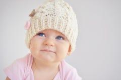 Litet nyfött behandla som ett barn flickan i stucken hatt Arkivbild