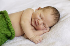 Litet nyfött behandla som ett barn sömnar behandla som ett barn nyfött sova behandla som ett barn nyfött Arkivfoton