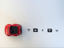 Litet papper som simuleras som ett SIM-kort och en röd leksakbil på vit b Fotografering för Bildbyråer