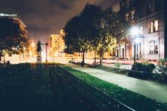 Litet parkera i Mount Vernon på natten, i Baltimore, Maryland Arkivfoton