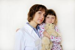 litet patient barn för gullig doktorskvinnlig Arkivfoton
