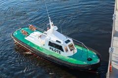 Litet pilot- fartyg med det gröna däcket och den svarta skrovet fotografering för bildbyråer